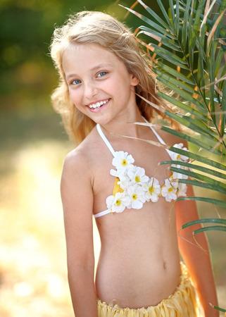 florecitas: retrato de la niña en estilo tropical Foto de archivo