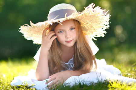 portrait of little girl in straw hat 스톡 콘텐츠