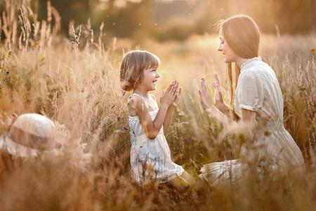 Portrét matka a dcera v přírodě Reklamní fotografie