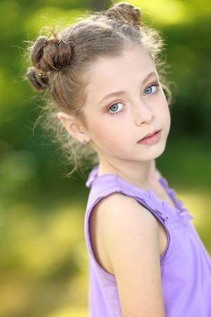 jolie petite fille: portrait d'une petite fille belle de la mode Banque d'images