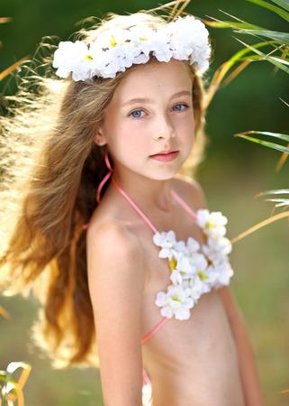faldas: retrato de la niña en estilo tropical Foto de archivo