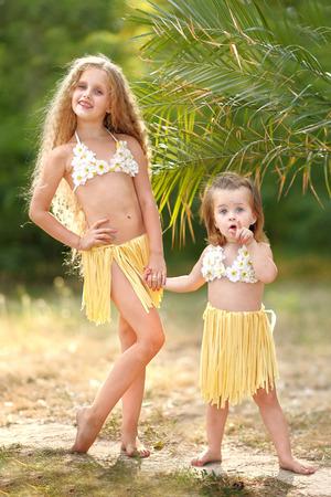faldas: Retrato de dos hermanas en estilo tropical Foto de archivo