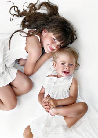weisse kleider: Portrait von zwei Schwestern in wei�en Kleidern