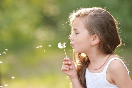 Porträt einer schönen Mädchen mit Blumen