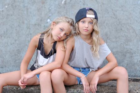 夏の自然上の恋人の二人の少女の肖像画 写真素材