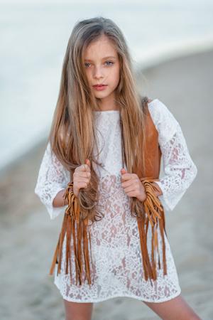 여름에 야외에서 어린 소녀의 초상화
