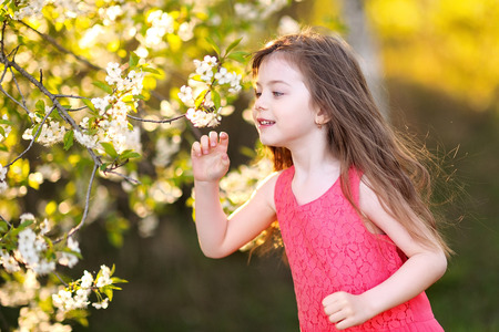 portrait of little girl outdoors in summer 스톡 콘텐츠
