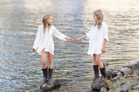 여름 성격에 여자 친구의 두 여자의 초상화 스톡 콘텐츠