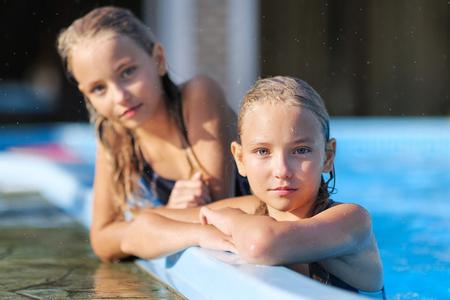 ni�as gemelas: retrato de dos muchachas de novias en una naturaleza de verano