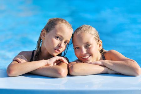 maillot de bain fille: portrait de deux jeunes filles de copines sur une nature d'été