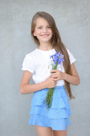 Portret van een klein meisje buitenshuis in de zomer