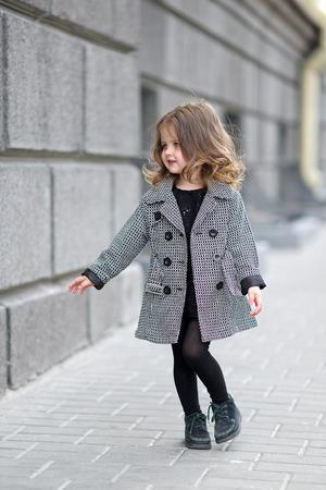 bebes lindos: retrato de una hermosa niña de la moda Foto de archivo