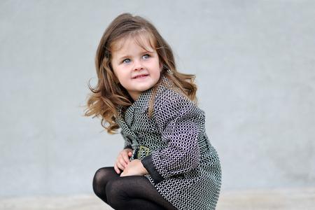 petite fille mignone: portrait d'une petite fille belle de la mode Banque d'images