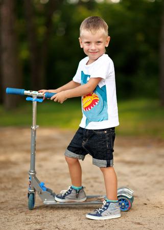 Retrato de un niño en el verano al aire libre Foto de archivo - 51813939