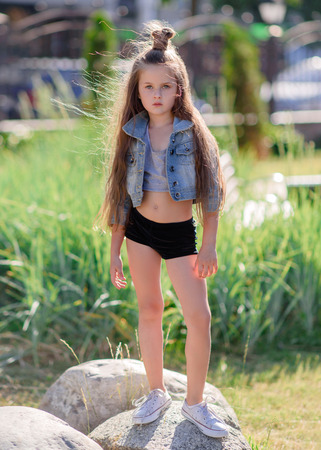portrait of little girl outdoors in summer Imagens