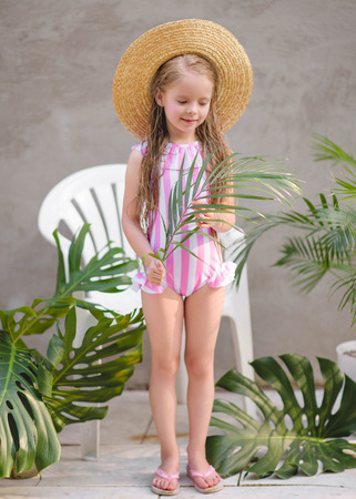 portrait of little girl outdoors in summer Banque d'images