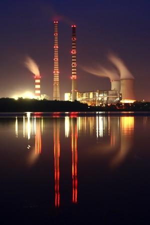 central el�ctrica: Estaci�n de energ�a por la noche Editorial