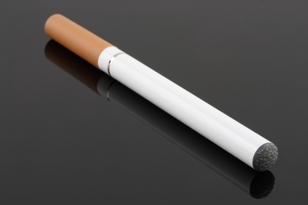cigarrillos: e-cigarrillo aislado  Foto de archivo