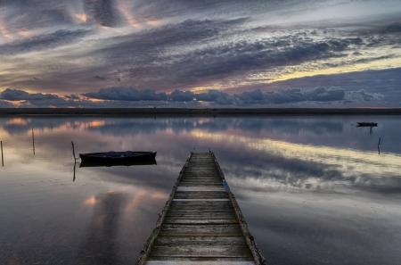 Oude houten steiger bij zonsondergang Stockfoto
