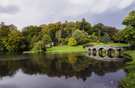 wiltshire: Lake and bridge at Stourhead in Wiltshire