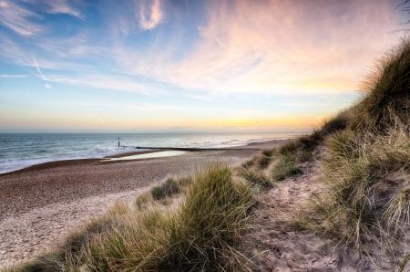 Zonsondergang en zandduinen bij Hengistbury Head Beach buurt van Bournemouth in Dorset