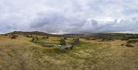 steencirkel: Panoramisch uitzicht op de negen maagden Steencirkel op Dartmoor in Devon De stenen zouden oorspronkelijk omvatte een centrale begrafenis cist