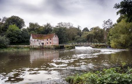 molino de agua: Antiguo molino de agua en las orillas del río Stour en Sturminster Newton en Dorset Editorial