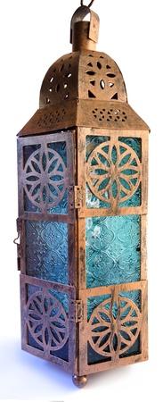 Glas en bronskleurige metalen lantaarn op een witte achtergrond. Stockfoto