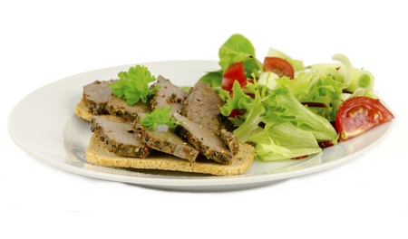 melba: Rebanadas de pimienta carne servidos sobre tostadas Melba sobre un fondo blanco. Foto de archivo