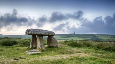 Lanyon Quoit buurt Madron op de Lands End schiereiland in Cornwall, met een Cornish tinmijn in de verte Stockfoto