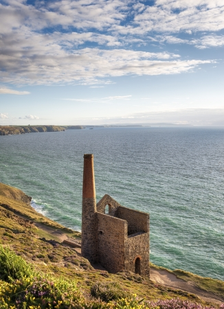 tine: Wheal Coates tine mine engine house on the cliffs at St Agnes in Cornwall Stock Photo
