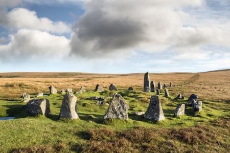 alineaci�n: Stone Circle y Stone Row alineaci�n en Down Tor en el Parque Nacional de Dartmoor, en Devon, tambi�n conocido como Colina Hingston