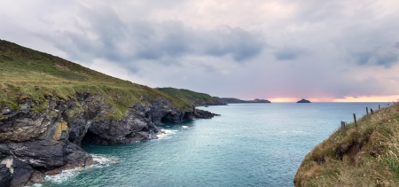 quin: Steep rugged cliffs, sea caves and high waves at Epphaven between Lundy Bay and Port Quin in Cornwall