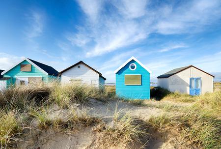 Dorset에서 크라이스트 처치 근처 Mudeford 침에 해변 오두막 스톡 콘텐츠