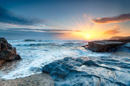 Sonnenuntergang und Wellen am Booby Bay eine kleine Bucht am nördlichen Ende von Constantine Bay in der Nähe von Padstow in Cornwall