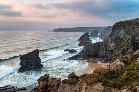 treacherous: Steep treacherous cliffs at Bedruthan Steps on the north Cornwall coast