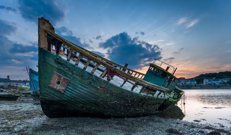 腐敗古い船大破プリマス、デボンの海岸の Hooe 湖に捨てられました。