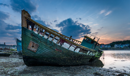 hull: Decaying old boat wreck abandoned on the shore of Hooe Lake in Plymouth, Devon Stock Photo