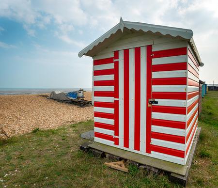 cabane plage: Stripey hut plage rouge et blanc au Greatstone dans le Kent