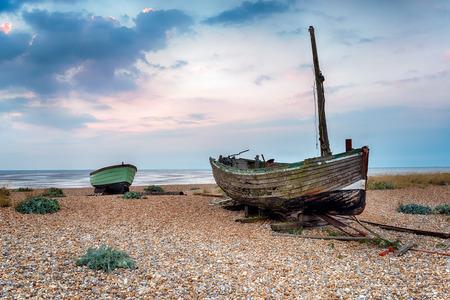 beach shingle: Barche da pesca su una spiaggia di ciottoli a Lydd-on-Sea in Romney Marsh, Kent