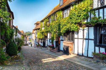 Een mooi geplaveide straat in het historische stadje Rye in East Sussex