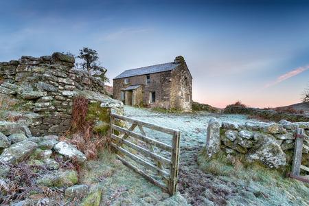 Een oude verlaten huisje op een ijzige winter 's ochtends hoog op Bodmin Moor in Cornwall