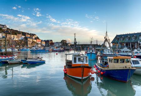 pescando: Barcos de pesca en el puerto de Mevagissey en Cornualles