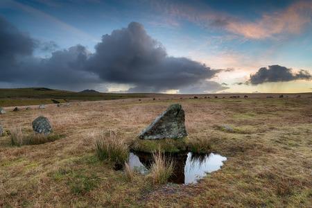 steencirkel: Een dramatische zonsopgang over het Stannon Stone Circle op Bodmin Moor in Cornwall met de piek van Roughtor in de verte