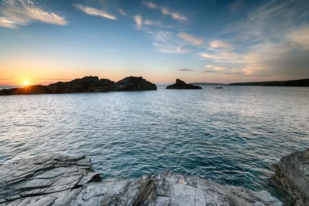 south west coast path: Bellissimo tramonto sulla costa della Cornovaglia appena ad ovest di Porthcothan Bay, sulla South West Coast Path