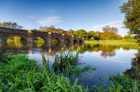 Sturminster의 White Mill Bridge 강 Stour, 평판 좋게 Dorset에서 가장 오래 된 다리의 은행에 마샬 스톡 콘텐츠