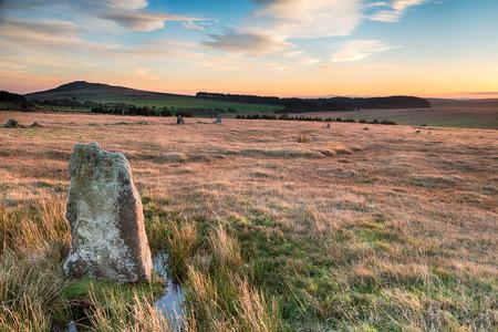 steencirkel: Staande stenen op Bodmin Moor in Cornwall deel van de Fernacre Stone Circle en kijkt uit naar Brown Willy Stockfoto