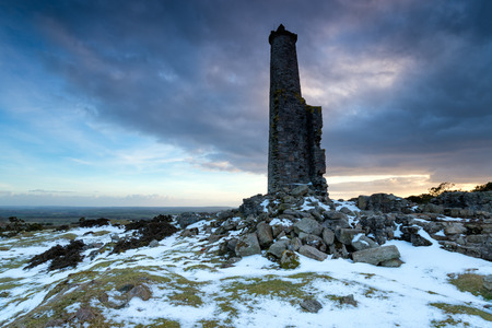 bodmin: Old abandoned chimney stack left over from copper mining on Bodmin Moor near Minions in Cornwall Stock Photo