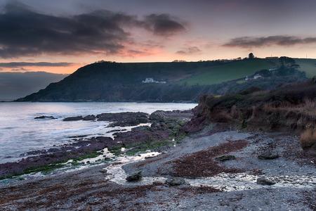 southwest: Vallen van de avond op het South West Coast Path op Trelaske buurt van Looe in Cornwall