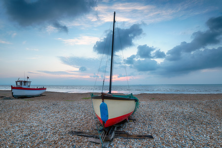 dungeness: Fishing boats on the shore at Dungeness beach in Kent
